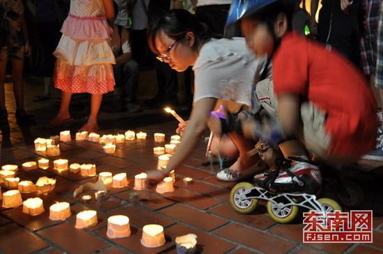 福州市民自发哀悼温州动车事故遇难者