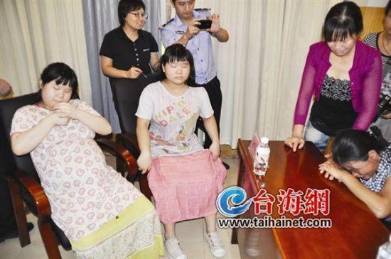 两名被拐孪生姐妹的母亲当场痛哭了起来,时隔5年,两姐妹完全变了样,其中一人还怀孕七八个月。
