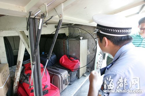 看见屁股下的行李厢内藏着一个私自加装的油箱(画圈处),不少乘客吓一跳