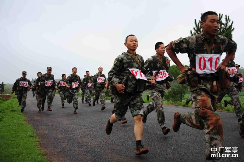 士兵们朝着终点跑步前进