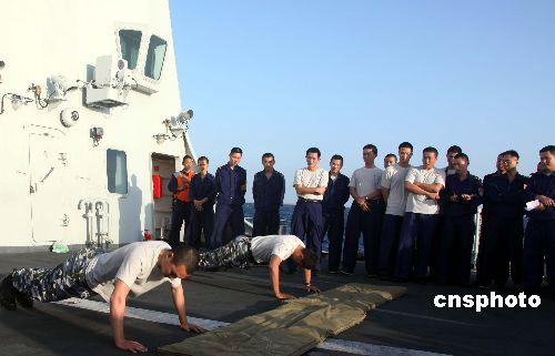 海军官兵参加俯卧撑项目比赛
