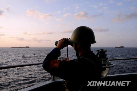 一名战士在舰艇上执勤