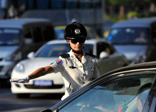 42.7℃下仍奋战在一线的重庆交巡警