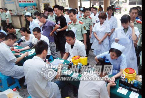 武警官兵和医院医务人员排队等待验血