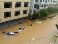 实拍:汽车完全被淹没在洪流中
