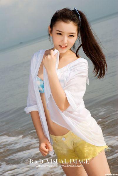 短裤被海浪浸湿