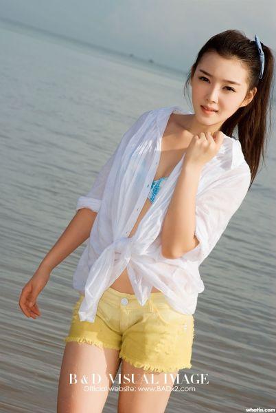 组图:白皙美少女海边拍清新写真