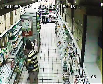 两人在超市内藏东西,被监控拍下