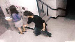 图为一名歹徒尾随女子进入社区大厦偷拍裙下风光,还企图性侵。图片来源:台湾《中国时报》