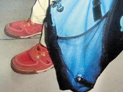 蔡姓助理教授将笔型针孔摄影机放在手提袋侧边的网袋里,伺机偷拍裙底风光。图片来源:台湾《中国时报》