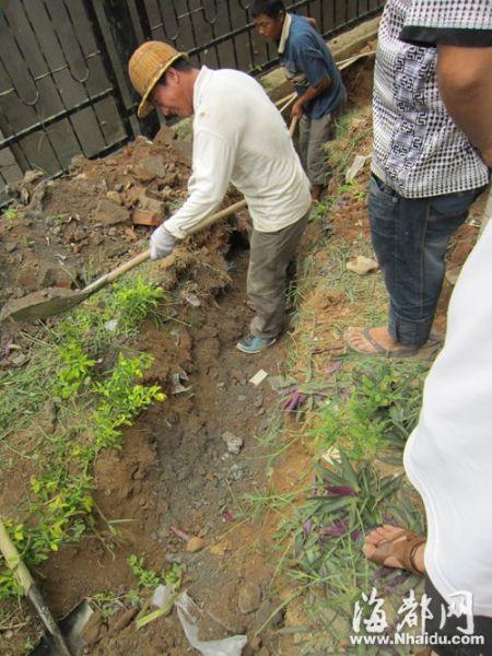工人沿着南湖水库通往小区的水管,开挖查找管线