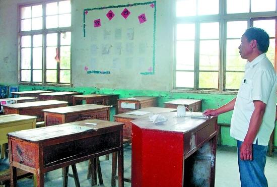 这里的教室空荡荡,只有老师孤独地站着。