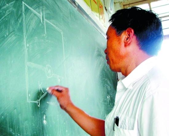 叶文泗老师在黑板上画着他最熟悉的电路图,但身后却没有了他熟悉的学生。