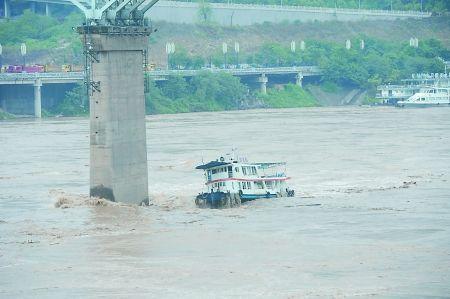 """""""轮渡105""""与嘉陵江大桥桥礅擦肩而过"""