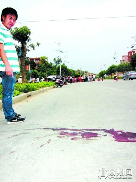 路面上只留下一摊已被晒干的血迹