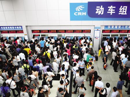 火车站售票厅排起长队