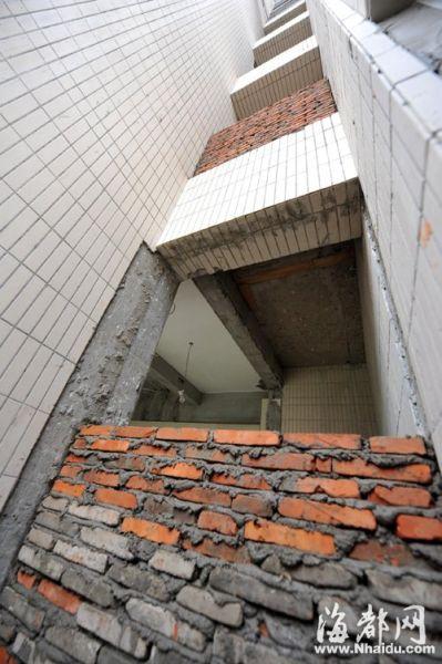 住户把公用采光井砌上墙并入自己的家