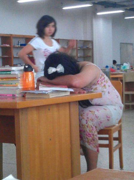 男大学生穿女裙进图书馆 被5个保安请出