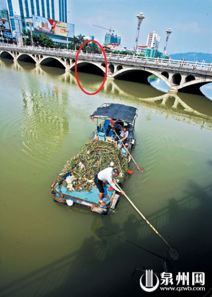 小车落水后,车内两人分别游向桥墩和铁皮船获救。(潘登 紫�F 长锋/摄)