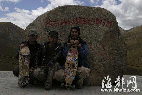 在这段旅途中最高的山――西藏米拉山,林敏(右一)和同伴合影