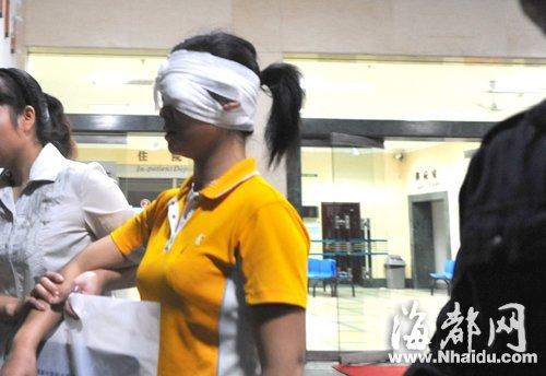 被打伤的女士在医院接受治疗