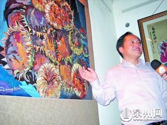 陈荣浩正在介绍自己的创作