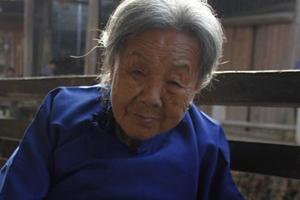 风凌泽-下梅村高龄老奶奶挑茶梗