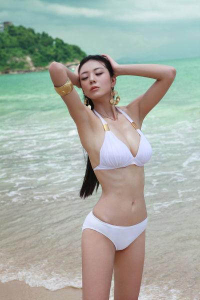 组图:中国第一黄金比例美女海边比基尼秀傲人身材