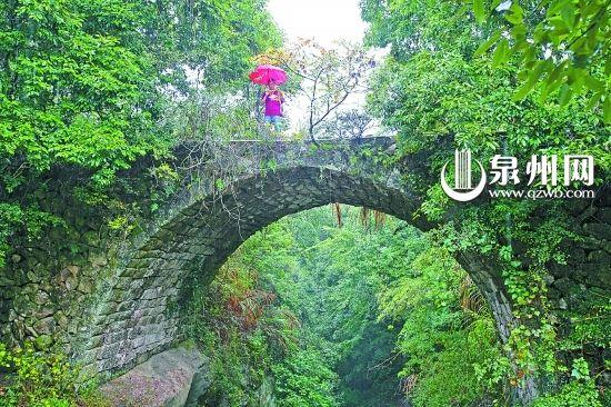 霸王桥两边的林木郁郁葱葱