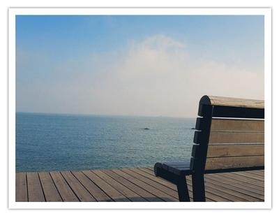 (海边木栈道的椅子,可以坐在这里,看海,发呆,怎样都不会腻)