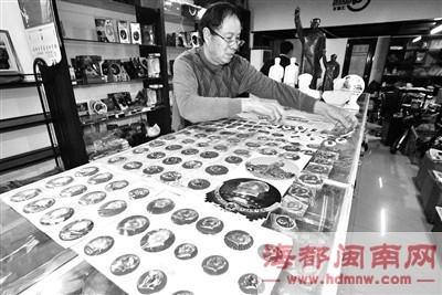 这些毛泽东像章,刘贤辉从不随便让人碰