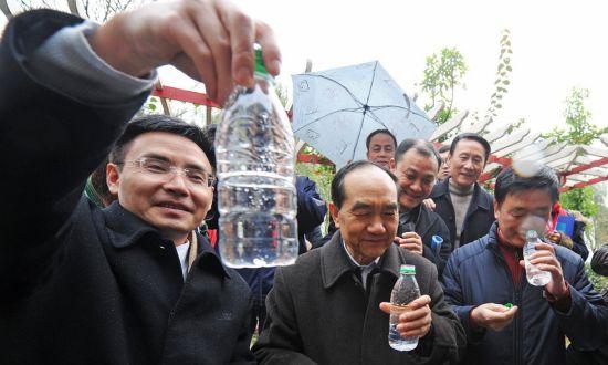 市人大及渝中区领导正畅饮用粪水制成的纯净水