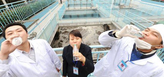 工作人员饮用用粪水制成的纯净水。