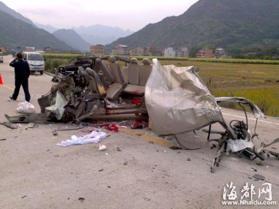 送葬面包车半边被撕裂,整辆车散架变形,俨然成了一堆废铁