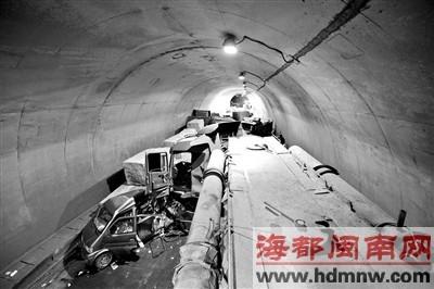 马跳隧道内多车连撞,将隧道堵得死死的