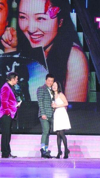 节目现场,杨钰莹与毛宁表现亲密。看,偎依在毛宁怀里的钰莹多嗲啊!