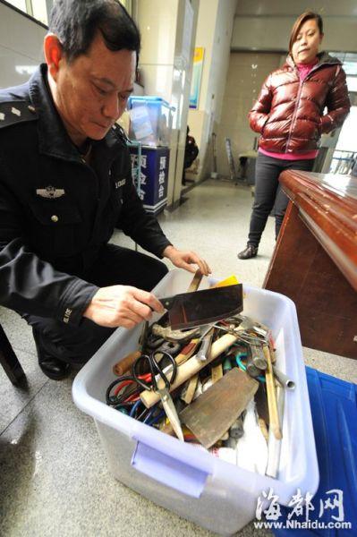 一箱子都是从旅客身上截获的菜刀等工具