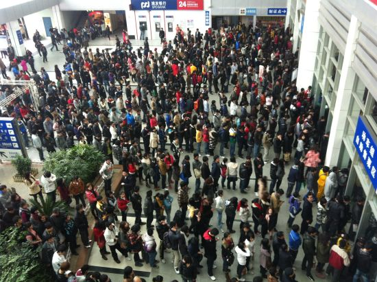 春运大幕还未揭开,福州火车站大厅已经挤满购票的游子。