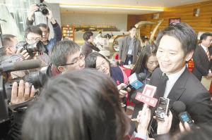 众媒体记者采访80后政协委员李冠华