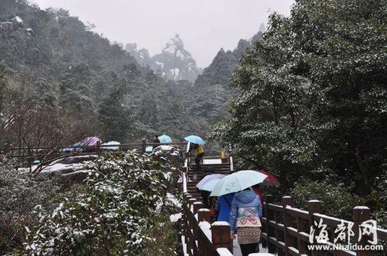 景区银装素裹,远处的山尖宛如戴了一顶白帽子,雪景吸引了不少游客 摄于太姥山景区