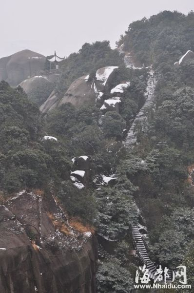 """通往山顶的小路积满白雪,别有一番""""远上寒山石径斜""""的意境 摄于太姥山景区"""