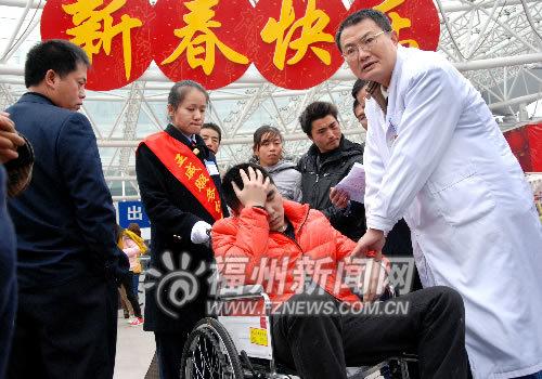 聋哑旅客广场晕倒,医生赶到现场救治