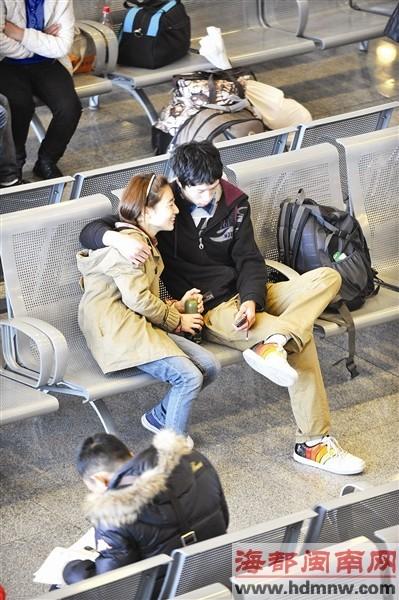 幸福情侣在车站候车