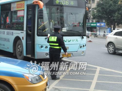 这辆公交车违法停在黄网区域