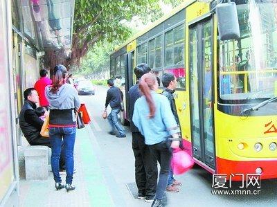 公交车进站突然爆胎 站台上等车乘客无辜遭殃