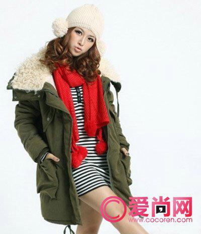 军绿色外套; 搭配上一款红色的毛毛球围巾