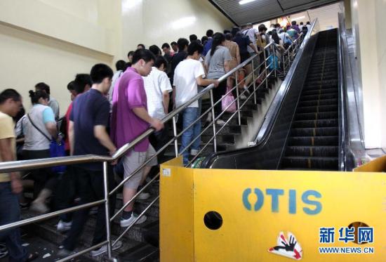 """7月12日,上海地铁莘庄站的奥的斯自动扶梯停运。7月5日,北京地铁四号线动物园站一部奥的斯""""513MPE""""型自动扶梯发生溜梯事故,造成1人死亡、20余人受伤。随后,全国几乎所有城市地铁内安装的同型号自动扶梯停止运行。新华社记者 刘颖 摄"""