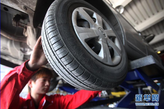 4月14日,在北京海淀区一处锦湖轮胎检测点,工作人员为顾客检测轮胎。锦湖轮胎(中国)公司召回2008年至2011年生产的部分轮胎产品,共计30余万条,并承认这些产品在生产过程中过量使用返退胶。新华社发(王丹 摄)