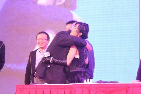 薛蛮子和苍井空拥抱。