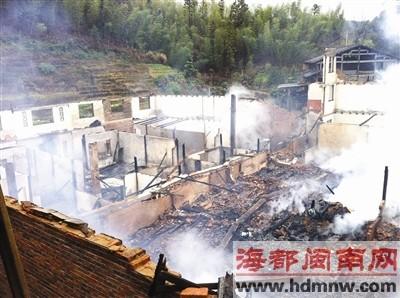 两栋民房被烧毁,连家具都不剩